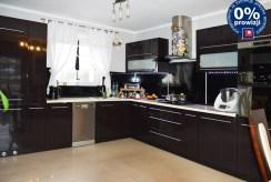 komfortowa, umeblowana kuchnia w ekskluzywnej willi do sprzedaży w okolicach Żagania