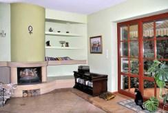 na zdjęciu salon z kominkiem w luksusowej willi do sprzedaży w okolicach Warszawy
