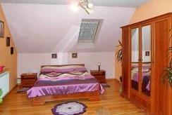 widok na elegancką, intymną sypialnię w luksusowej willi do sprzedaży w okolicy Bielska-Białej