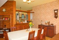 na zdjęci stylowa jadalnia z widokiem na kuchnię w luksusowej willi w okolicy Legnicy na sprzedaż