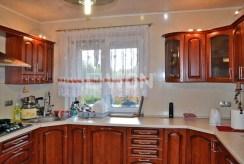 widok na umeblowaną i urządzoną kuchnię w luksusowej willi do wynajmu w okolicach Katowic