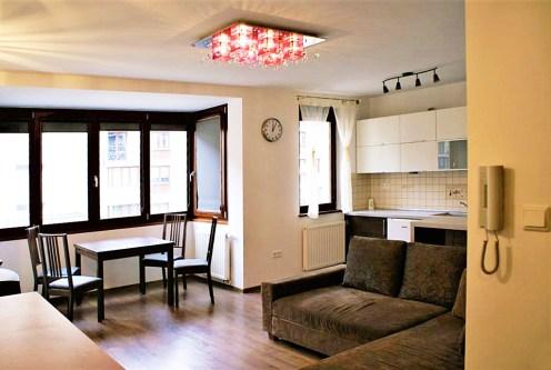 komfortowe wnętrze ekskluzywnego salonu w luksusowym apartamencie do sprzedaży w Krakowie