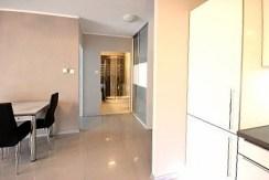 widok od strony przedpokoju na rozkład pomieszczeń w luksusowym apartamencie w Szczecinie na wynajem