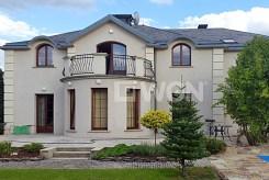 widok od strony ogrodu na luksusową willę w okolicach Wrocławia na sprzedaż