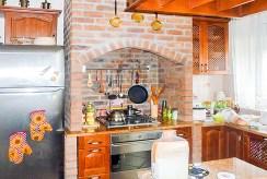 fragment komfortowej kuchni w luksusowej willi do sprzedaży we Wrocławiu