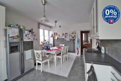 widok na kuchnię oraz jadalnię w luksusowym apartamencie do sprzedaży w Krakowie