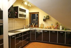 na zdjęciu umeblowana kuchnia w luksusowym apartamencie w Szczecinie na sprzedaż