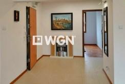 zdjęcie prezentuje fragment przedpokoju w luksusowym apartamencie w Szczecinie na sprzedaż