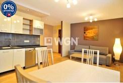 widok od strony jadalni na luksusowe wnętrze ekskluzywnego apartamentu do wynajmu w Katowicach