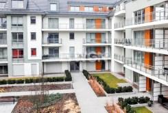 widok z okna na prestiżowe osiedle we Wrocławiu, na którym znajduje się oferowany na wynajem luksusowy apartament