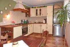 na zdjęciu umeblowana i wyposażona kuchnia w luksusowej willi w Zielonej Górze na sprzedaż