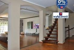 widok na przedpokój i schody na górne piętro w luksusowej willi do sprzedaży w okolicach Żagania