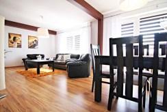 zdjęcie prezentuje komfortowy salon w luksusowej willi do sprzedaży w okolicach Sieradza