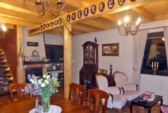 na zdjęciu salon z kominkiem w ekskluzywnej willi do sprzedaży w okolicach Starogardu Gdańskiego