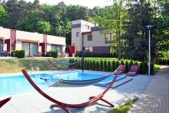 widok na basen w luksusowym apartamencie nad morzem na sprzedaż