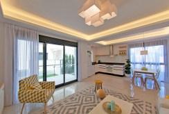 rzut z innej perspektywy na luksusowy salon w ekskluzywnym apartamencie do sprzedaży w Hiszpanii