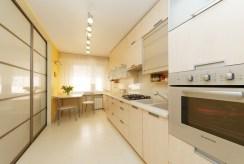 umeblowana i urządzona kuchnia w luksusowym apartamencie do sprzedaży w Tarnowie
