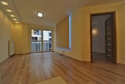 widok na salon z oświetleniem LED w luksusowym apartamencie do wynajmu w Krakowie