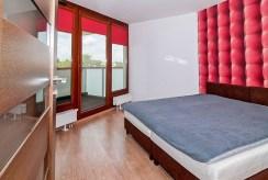 widok na sypialnię w luksusowym apartamencie w Krakowie na wynajem