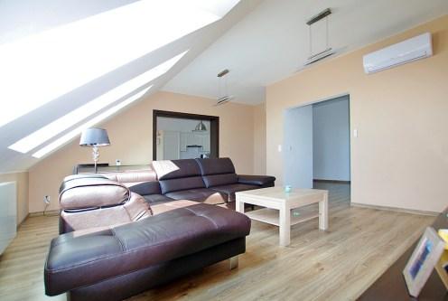 komfortowy salon w ekskluzywnym apartamencie doi sprzedaży w okolicach Legnicy