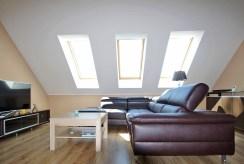 widok z innej perspektywy na luksusowy salon w ekskluzywnym apartamencie w okolicach Legnicy na sprzedaż