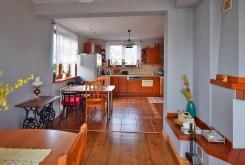 na zdjęciu przestronne, komfortowe wnętrze luksusowego apartamentu w okolicach Białegostoku na sprzedaż