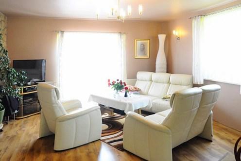 stylowy salon w ekskluzywnej willi do sprzedaży w okolicach Krakowa