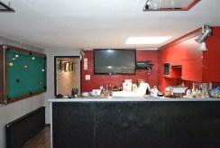 widok na kuchnię i jadalnię w ekskluzywnej willi do sprzedaży w okolicy Leszna