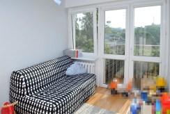 na zdjęciu pokój dzienny z wyjściem na balkon w ekskluzywnym apartamencie w Szczecinie na sprzedaż