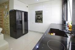 komfortowa kuchnia w luksusowym apartamencie w okolicach Legnicy na sprzedaż