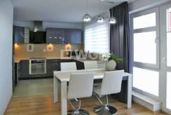 widok od strony jadalni na aneks kuchenny w luksusowym apartamencie do wynajęcia w Słupsku