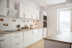 zdjęcie prezentuje umeblowaną i urządzoną kuchnię w luksusowym apartamencie we Wrocławiu na wynajem