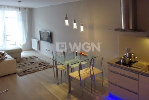 widok z góry na luksusowy salon w ekskluzywnym apartamencie do wynajęcia w Szczecinie