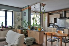 widok na jadalnię i kuchnię w luksusowym apartamencie do sprzedaży w okolicach Legnicy