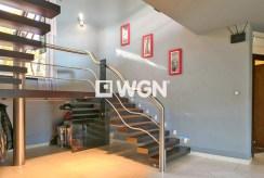 elegancki przedpokój i schody na górny poziom w luksusowej willi w Bielsku-Białej na sprzedaż