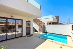 na zdjęciu taras oraz basen przy ekskluzywnej willi w Hiszpanii na sprzedaż