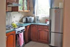 zdjęcie prezentuje stylowo umeblowaną i wyposażoną kuchnię w luksusowej willi w okolicach Bielska-Białej na sprzedaż