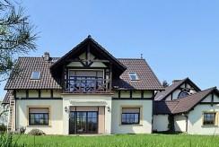 luksusowa rezydencja na sprzedaż w okolicach Bolesławca sfotografowana od strony ogrodu