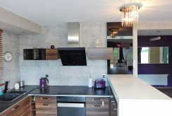 zbliżenie na komfortowo umeblowaną kuchnię w luksusowej willi w okolicach Krakowa na sprzedaż