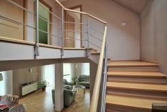 widok na schody z parteru na piętro w luksusowej willi w okolicach Krakowa na sprzedaż