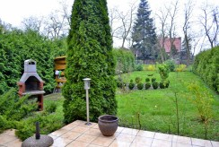 widok z tarasu na zagospodarowaną i wypielęgnowaną działkę wokół luksusowej willi w okolicach Wrocławia na sprzedaż