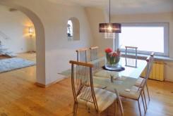 widok na jadalnię w luksusowym apartamencie do sprzedaży na Mazurach