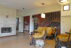 komfortowy salon z kominkiem w ekskluzywnej willi do sprzedaży na Mazurach