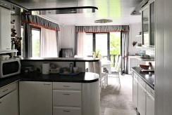 komfortowo umeblowana kuchnia w luksusowej willi na sprzedaż w Krakowie