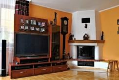 widok na salon z kominkiem w ekskluzywnej willi do sprzedaży w okolicach Krakowa
