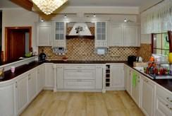 umeblowana kuchnia w zabudowie w luksusowej willi do sprzedaży w okolicach Wrocławia