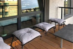 komfortowy balkon w luksusowym apartamencie do wynajmu w Krakowie