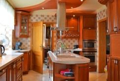 stylowo umeblowana kuchnia w luksusowej willi do sprzedaży w okolicach Katowic