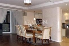 widok z innej perspektywy na komfortowy salon w ekskluzywnym apartamencie do sprzedaży w Częstochowie