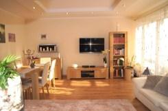 zdjęcie przedstawia luksusowy salon w ekskluzywnym apartamencie do sprzedaży w Inowrocławiu